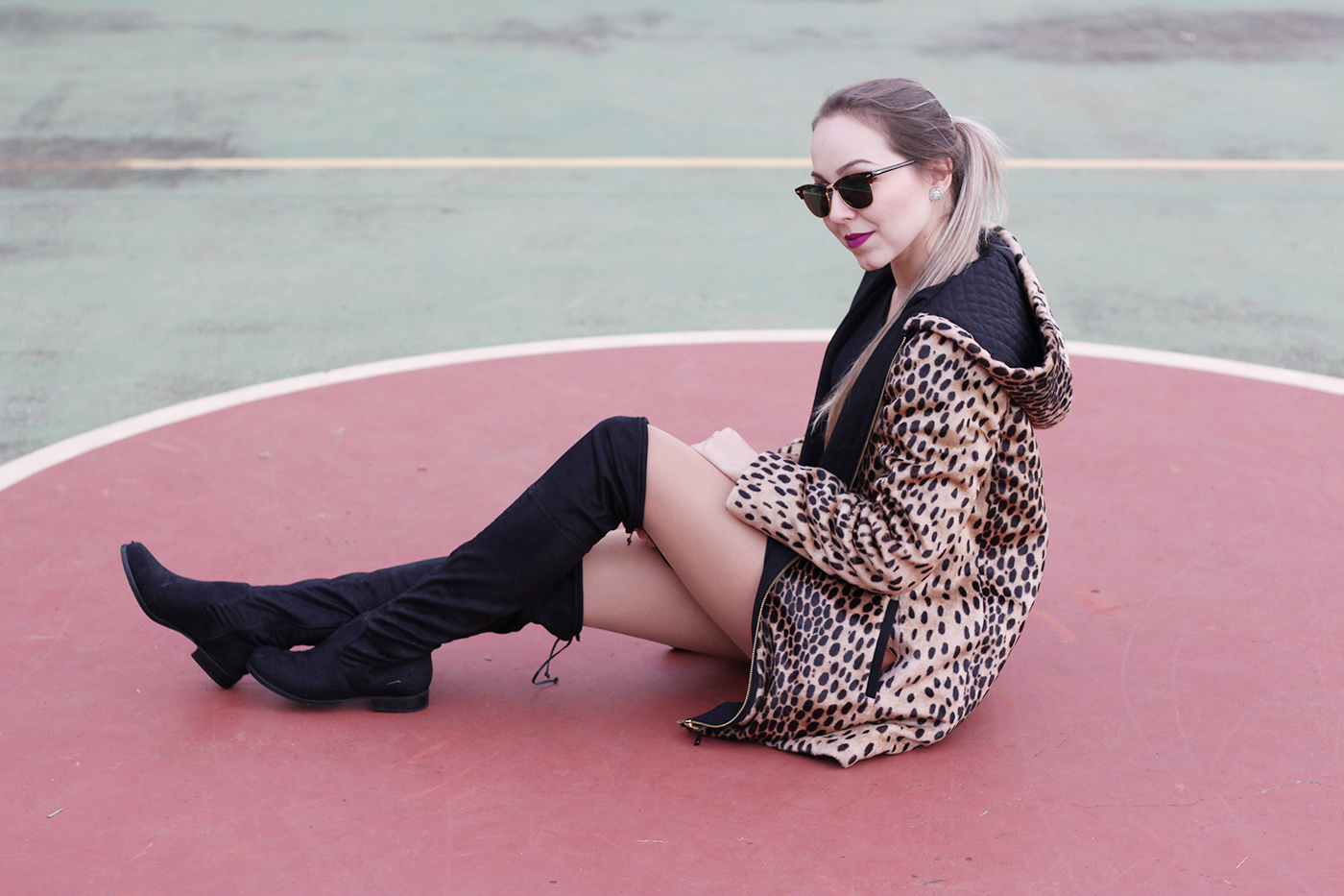 LOOK Casaco de onça e botas over the knee 10