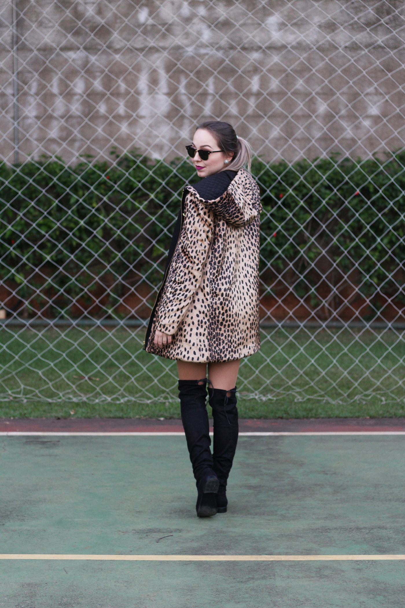 LOOK Casaco de onça e botas over the knee 11