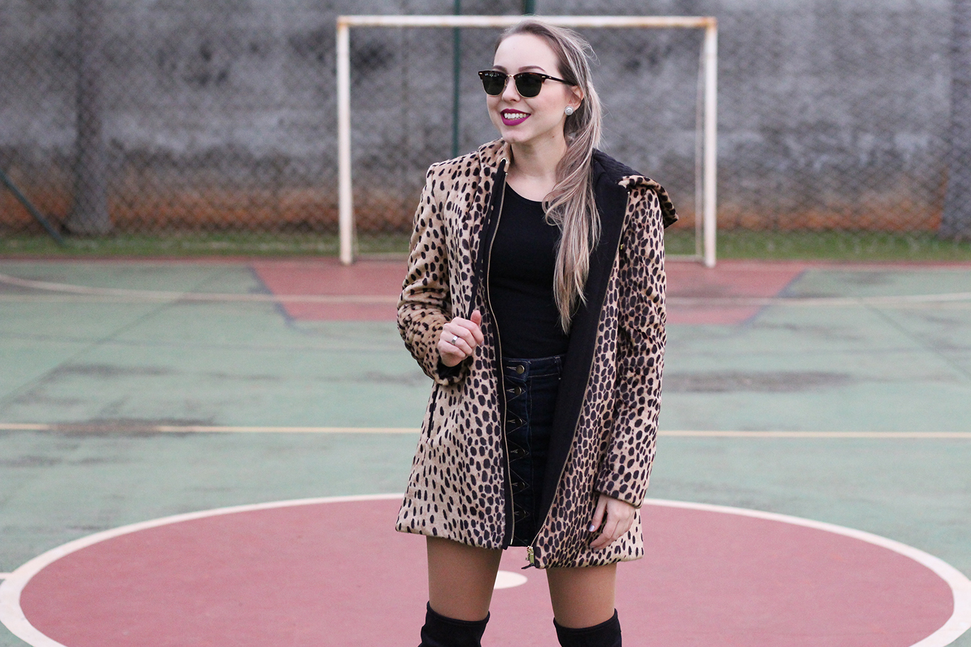 LOOK Casaco de onça e botas over the knee 12