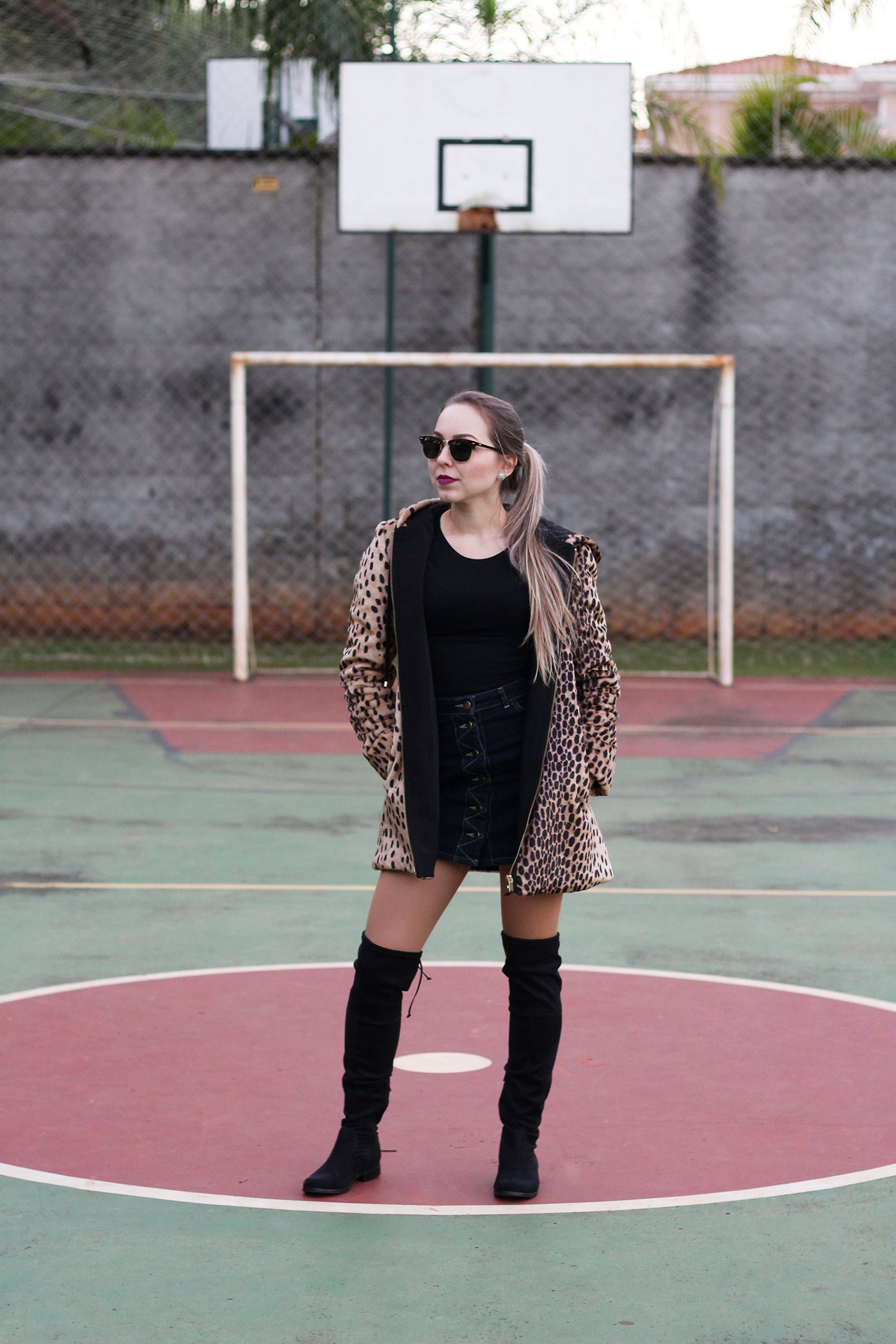 LOOK Casaco de onça e botas over the knee 13