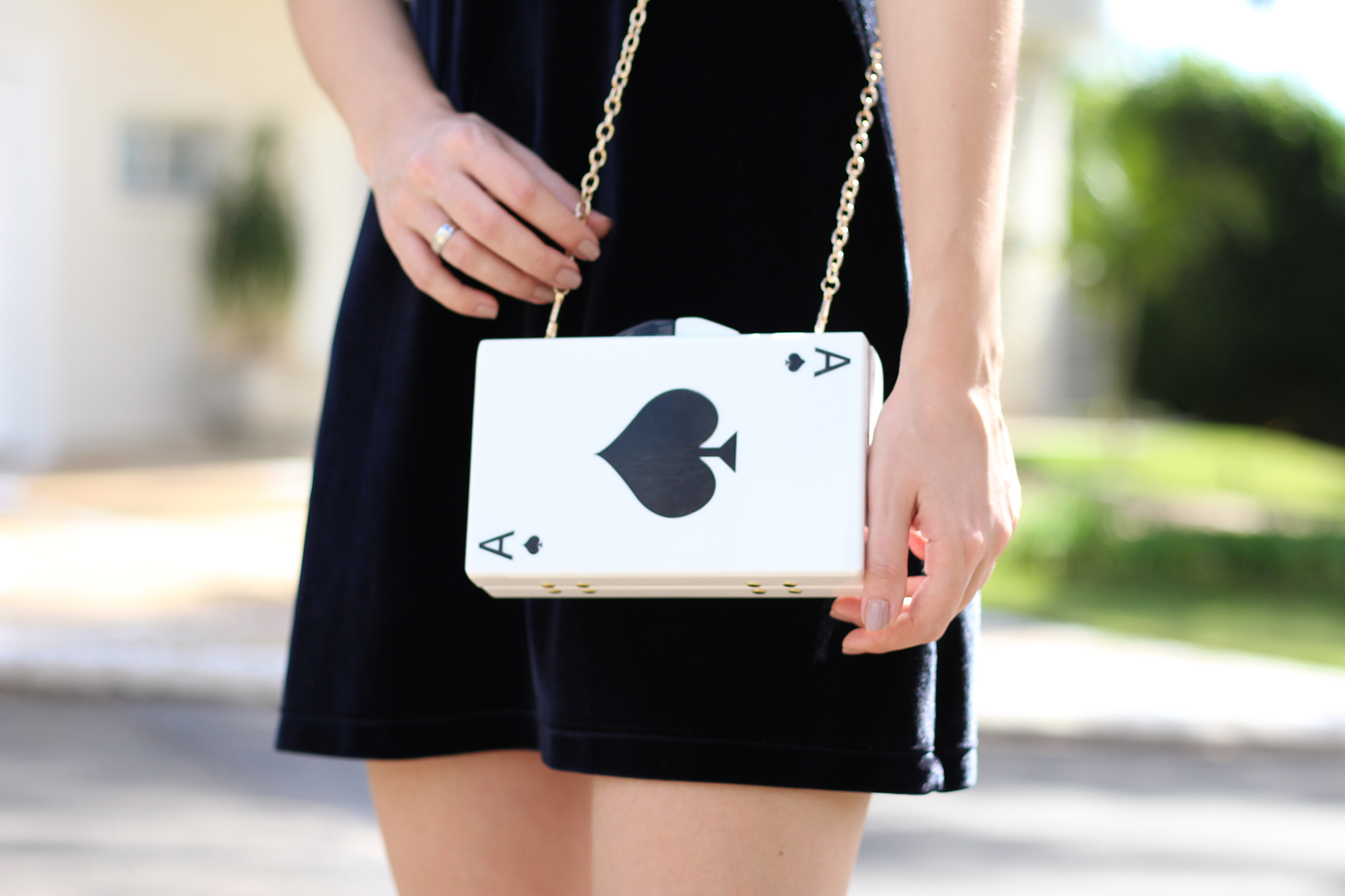 look veludo e clutch de cartas 3